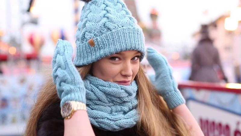 связанный комплект из шапки, шарфа и рукавиц на девушке