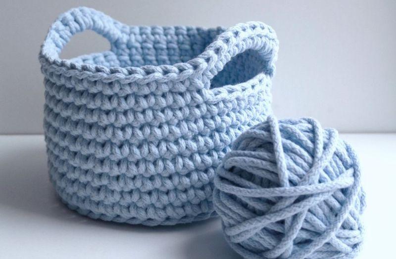 связанная декоративная корзина и клубок нитей